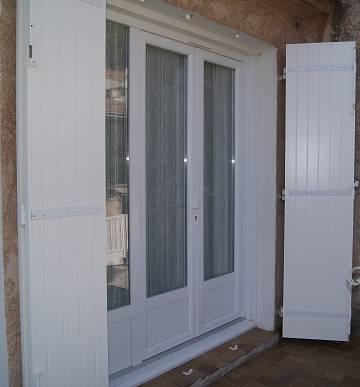 Pose d'une porte fenêtre 3 vantaux en PVC blanc installée à Toulon