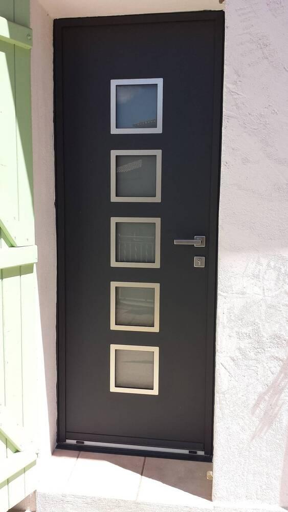 Installation d'une porte aluminium gris anthracite à la valette