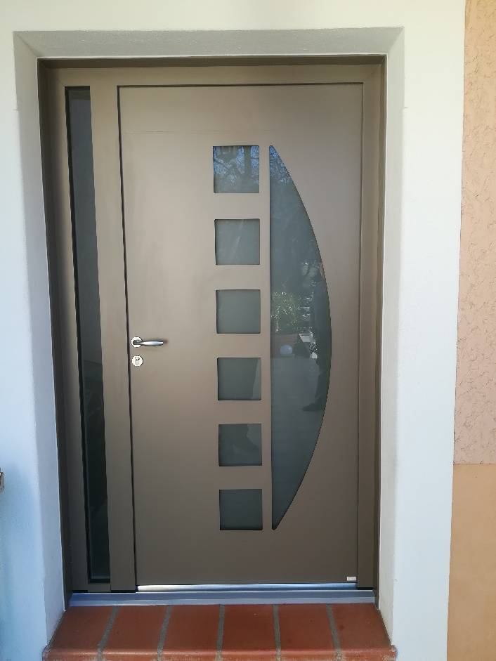 Installation d'une porte d'entrée en ALU modèle CYTISS 9 à HYERES