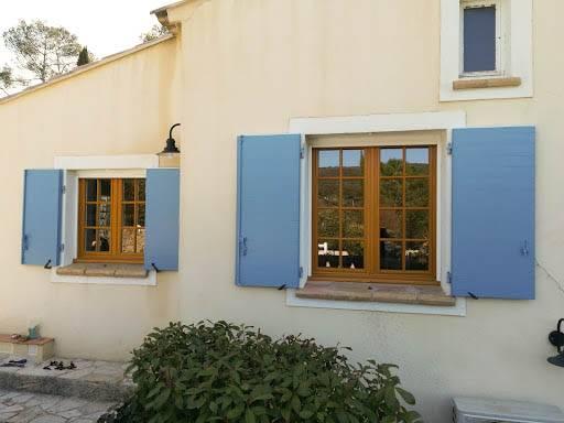 Mise en place de volets battants en bois provençaux à FORCALQUIERET