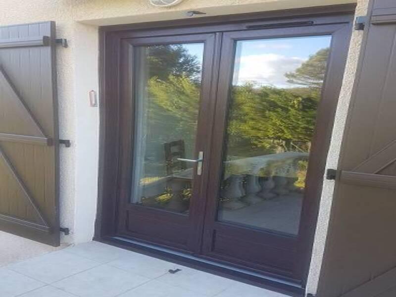 Pose ne rénovation d'une porte fenêtre 2 vantaux de couleur marron à Toulon