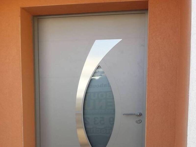 installation d'une porte aluminium monobloc de 80 mm d'épaisseur avec serrure a crochets à Puget ville