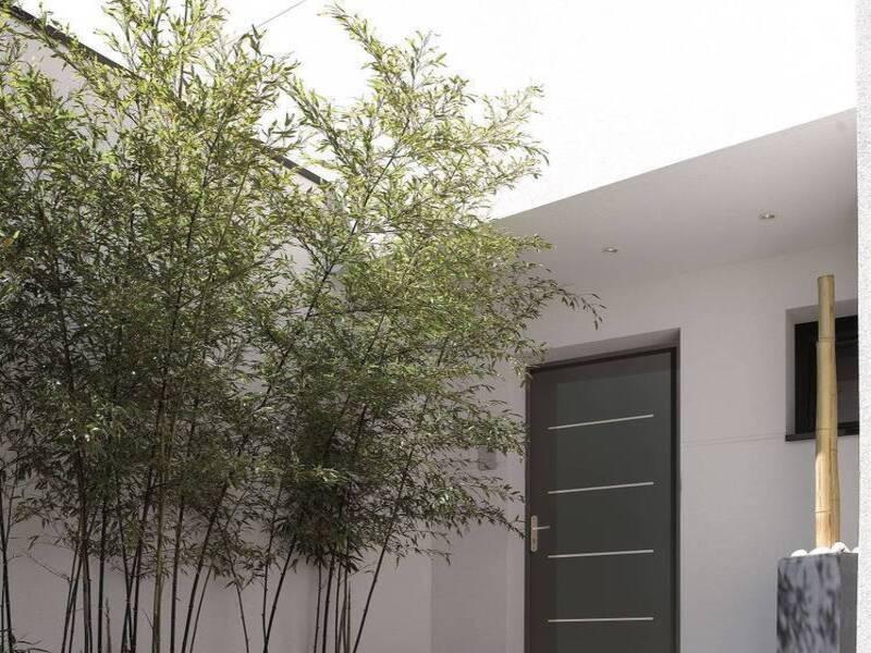 Installation d'une porte contemporaine en bois à La Garde dans le var
