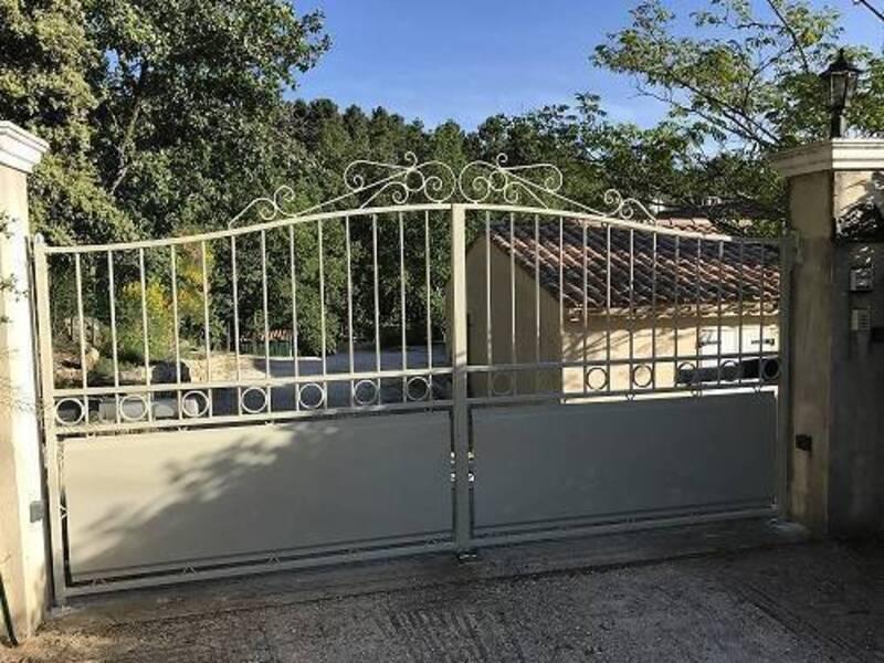 Installation-portail-acier-Sainte-Anastasie