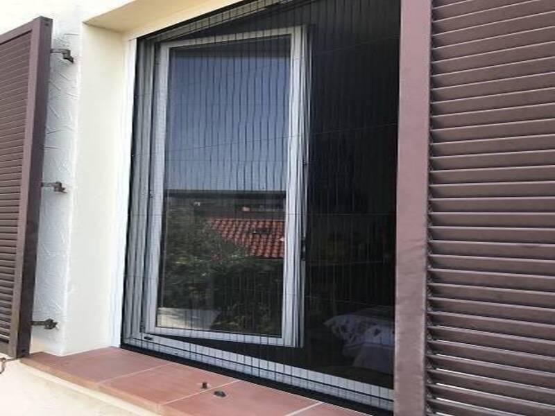 Pose d'une moustiquaire plissée sur une porte fenêtre à Toulon