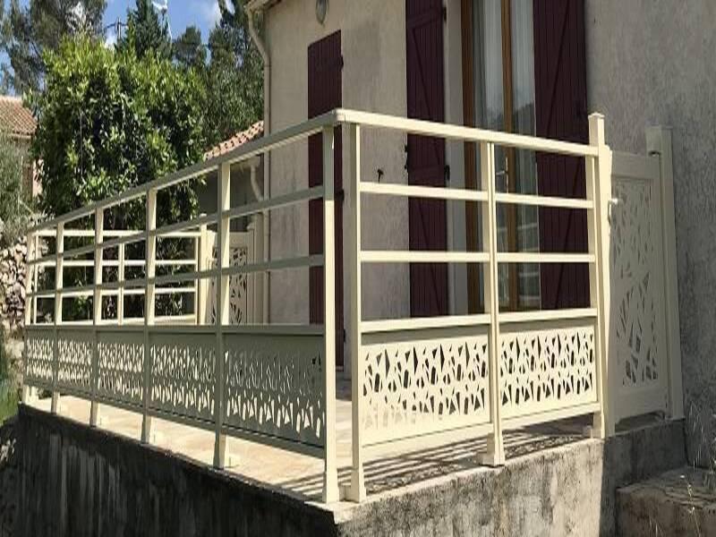 installation d'un garde corps et 2 portillons assortis installés à Garéoult