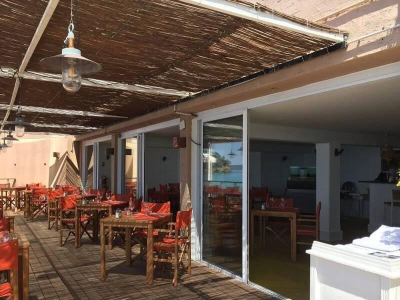 Pose de coulissants en ALU blanc au restaurant l'Escale Au Rayol Canadel
